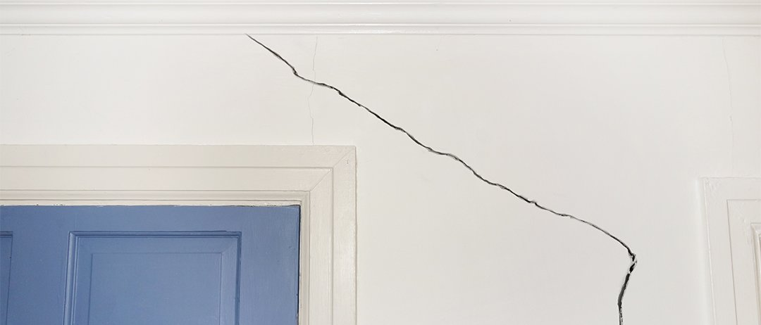 Can hot, dry weather increase the risk of plasterboard cracks?